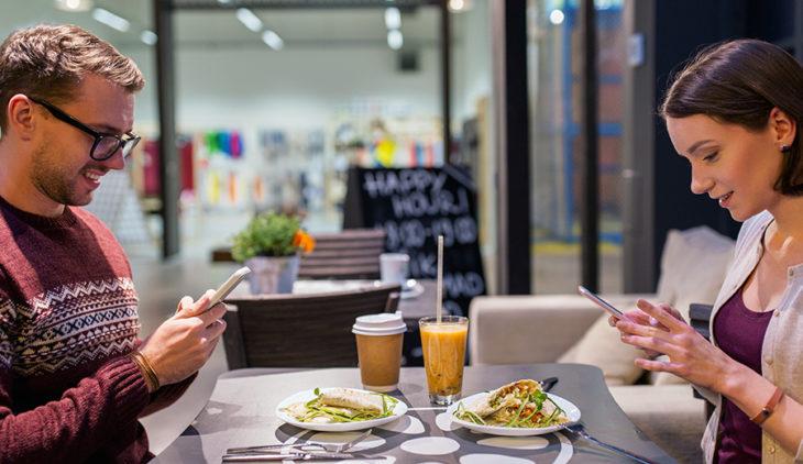 coppia vegana al ristorante